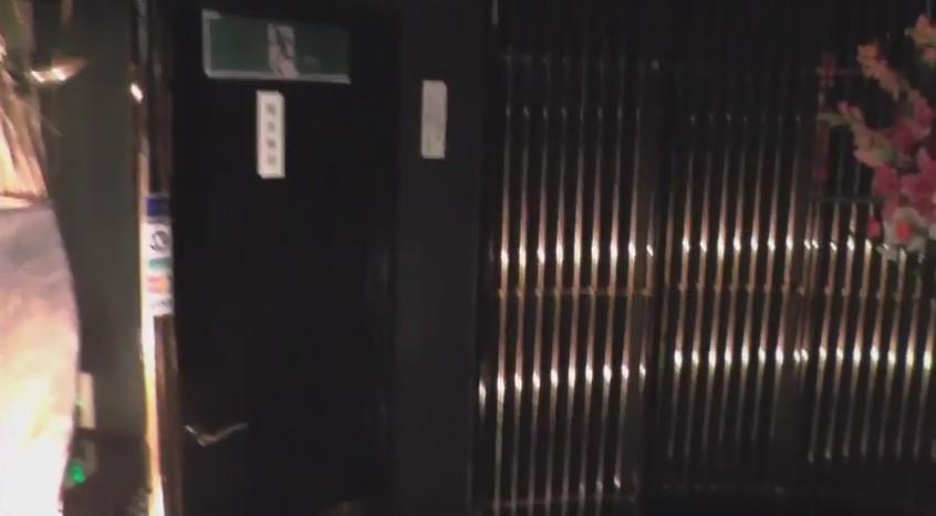 入り口、左の白いライトは間接証明で、入り口は良い雰囲気となっています!