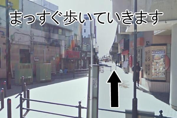 小田急江ノ島線の線路を右手に見て進みます。
