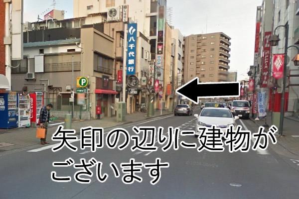 左へ曲がりましたら、小田急江ノ島線を背中にし、そのまままっすぐ歩きます。数十メートル歩いた所に三栄ビルがございます。