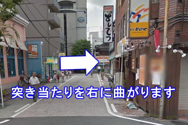 突き当たりを右に曲がり、すぐ左手の方に店舗がございます。