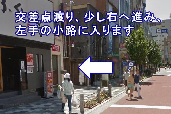 右へ少し歩くと、左手に小路があります。 そこへ入ります。