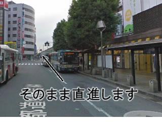 左上のヨドバシカメラの看板を目印に、そのまま道なりに真っ直ぐ進みます。