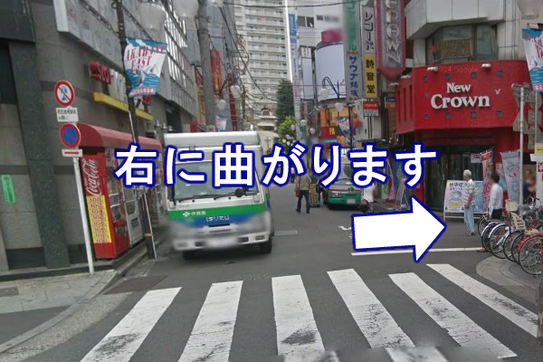 小路に入り、すぐ右に曲がります。