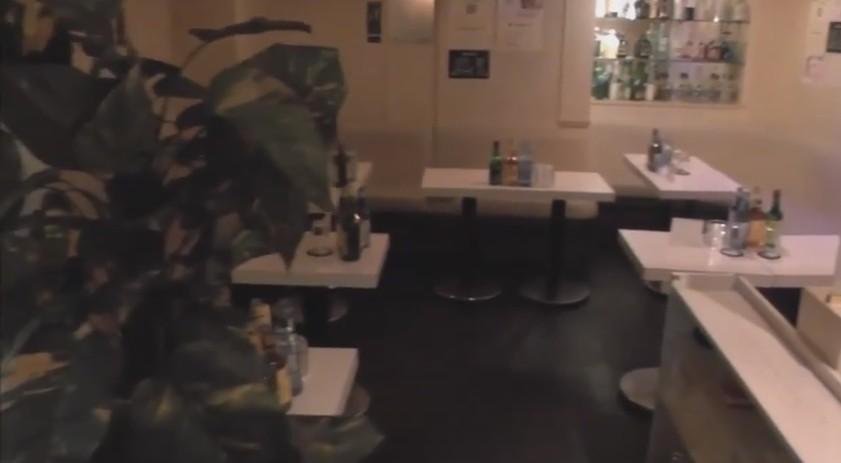 フロア全体になります。 右奥にお酒を置く場所があります。ボトルキープが出来る様になっています!手前にも見えないですが、ソファーとテーブルがあります。