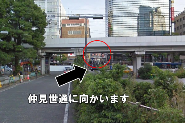 川崎駅東口を出ますと少し先に「仲見世通」の看板が見えます。 そこに向かって歩いてください。