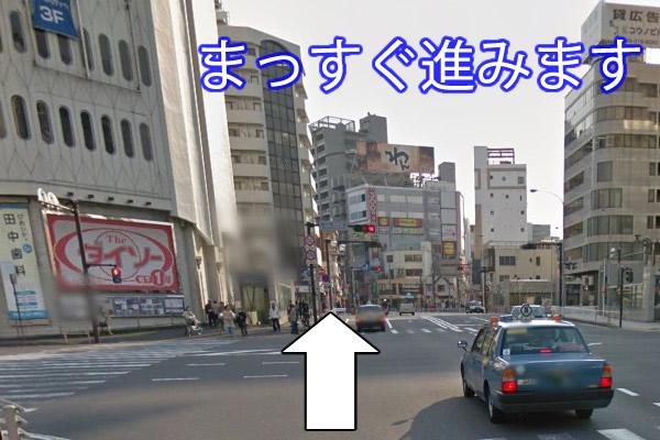 桜木町駅を後ろにし、まっすぐ歩いていきます。