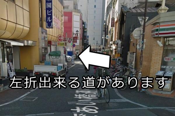 コンビにを過ぎますと、左折できる道がありますので、そこを左折します。