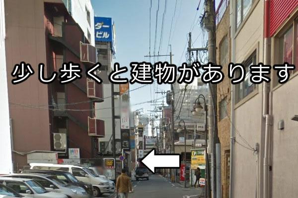 左折後、数十メートル歩きますと、左手に店舗が入っている建物がございます。通り過ぎないように気をつけて下さい。