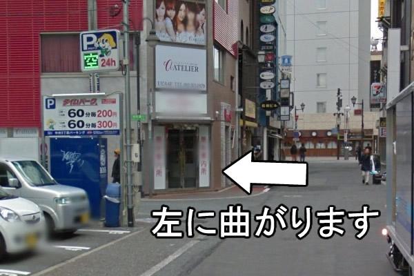 中洲中央通りに当たる前で、左に曲がります。
