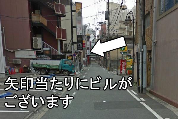 数十メートル歩きますと、左手にギャラリーヤマモトビルがございます。